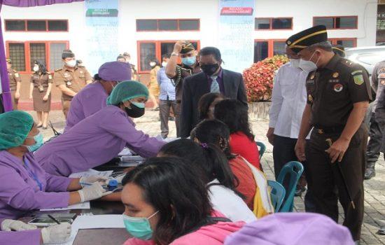 Kajati Sumut IBN Wiswantanu saat meninjau Adhyksa Peduli Vaksinasi COVID-19 di Dolok Sanggul, Humbahas, Selasa (26/10/2021).