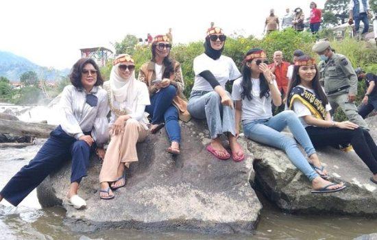Ketua Tim Penggerak PKK Kabupaten Tapanuli Utara (Taput) Satika Simamora (kiri) bersama kelima finalis Duta Putri Otonomi Daerah 2021
