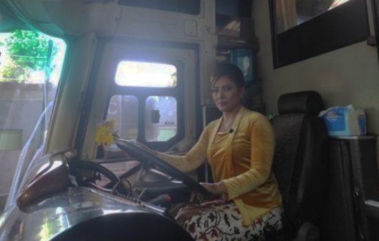 Lina, salah satu sopir bus Agra Mas jurusan Wonogiri-Jabodetabek bersiap berangkat dari pul bus wilayah Wonogiri, Rabu (21/4/2021). [Solopos/M Aris Munandar]