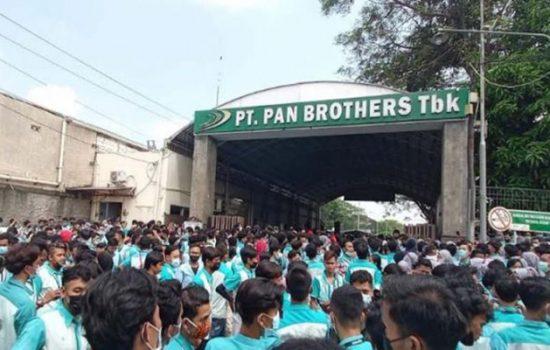 Pekerja PT Pan Brothers Boyolali berunjuk rasa di depan pabrik, Rabu (5/5/2021). [Solopos-Bayu Jatmiko Adi]