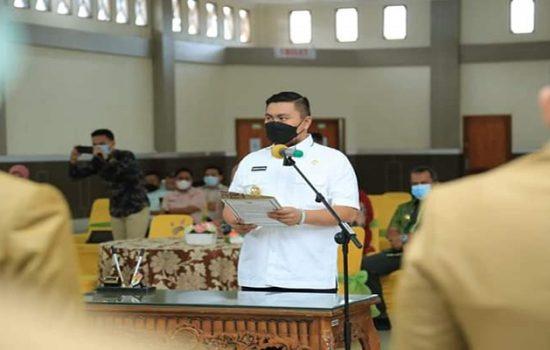 Bupati Labuhanbatu Utara Hendriyanto Sitorus saat melantik administrator di lingkungan Pemkab/Erwin Spahutar