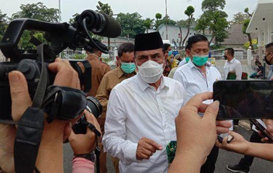 Foto: Gubernur Sumatera Utara Edy Rahmayadi (peci hitam-kemeja putih)/(Ahmad Arfah-detikcom)